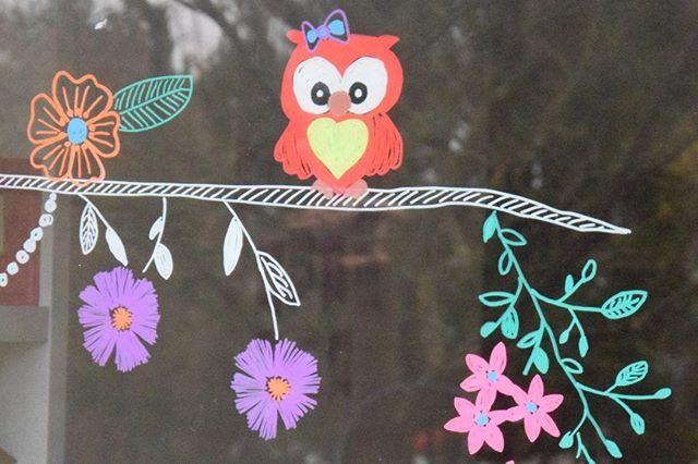 Bunte Fensterbilder mit Kreidemarker zur Frühlingszeit. Das gibt es auf dem Blo…