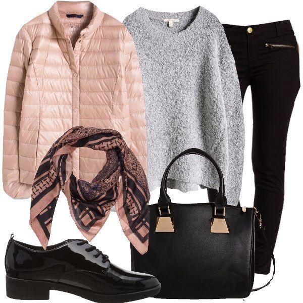 Rosa e nero è il foulard a prezzo speciale, che richiama i colori dell'abbinamento. Il giubbino, infatti, è rosa, con bottoni. Abbiniamo jeans neri, con cerniere, maglione grigio, in bouclé, stringate nere in vernice e borsa nera, in materiale sintetico.