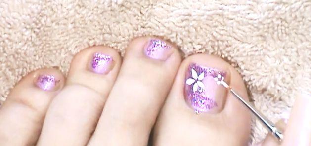 Como pintar un diseño floral en las uñas de los pies
