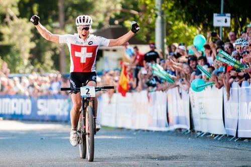 Der dreifache Mountainbike-Weltmeister Nino Schurter fährt 2014 die Tour de Suisse und die Tour de Romandie. Der Bündner schliesst sich für die beiden Rundfahrten dem australischen Team Orica-GreenEdge an. Dafür war eine Ausnahmeregelung des Radweltverbandes UCI nötig, weil Berufsfahrer nicht im selben Jahr für zwei verschiedene Mannschaften starten dürfen.