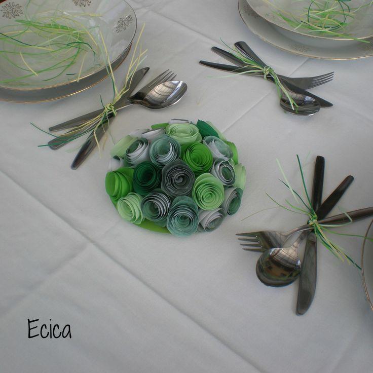 Dekorace na stůl zelená Dekorace na slavnostní stůl v odstínech mátově zelené. Dekorace je z papíru a má tvar polokoule. Součástí balení jsou i najemno nařezané proužky papíru ve stejných odstínech určených k dodekorování stolu.