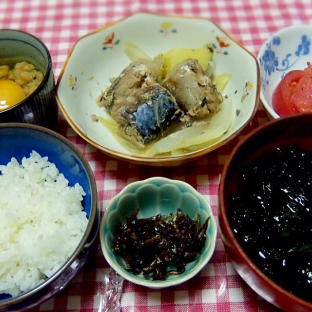 Simmered mackerel & onion in soy sauce, Marinade tomato, Sea lettuce Soup, Caramelized Japanese sand lance, Natto & egg over rice - 12件のもぐもぐ - 2015/04/27 お夕飯鯖と玉ねぎとじゃがいもの甘辛煮、トマトマリネ、あおさのお吸い物、いかなごの釘煮、卵かけ納豆ごはん by kayorina