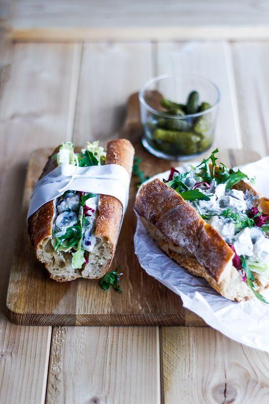 Lækker sandwich med hjemmelavet hønsesalat (Recipe in Danish)