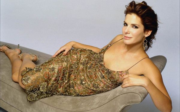 With a movie hitting theaters recently, Sandra Bullock is in the spotlight rocking her toned body as always. This 49 year-old beauty has starred in hit films giving her the motivation to stay fit with her latest movie, The Heat, which hit theaters late June. This 5-foot-7 actress maintains her youthful