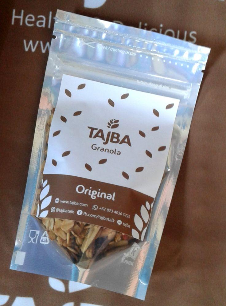 Tajba Granola Original Mini  Camilan Oats Sehat Denpasar Bali  Granola adalah salah satu pilihan tepat untuk sarapan sehat bagi Anda yang super sibuk. Granola terdiri dari rolled oat biji-bijian kacang-kacangan buah-buahan kering dan madu.  Sehingga granola mengandung serat yang tinggi mengandung lemak sehat dan juga mengandung vitamin dan mineral penting untuk tubuh.  Tajba Granola Original terbuat dari bahan-bahan pilihan dan berkualitas. Tersedia dalam kemasan pouch.  Bahan-bahan:  Gandum…