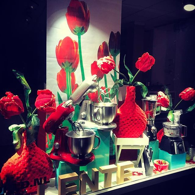 #red #redoftheday #todayisred #colourred #instared #rood #vandaagisrood #mooiroodisnietlelijk #everyday #project2017 #etalage #winkel #lente #spring #spotlights #kitchenstuff #kitchenmachine #foodprocessor #blender #flowers #redflowers