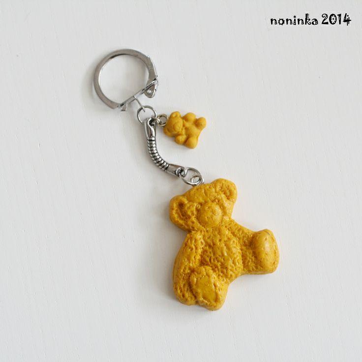Žlutý medvídek nejen na kabelku Přívěsek na kabelku, kalhoty, klíče, zip, kam vás jen napadne z fimo hmoty délka od karabinky cca 8 cm ostatní přívěsky v nabídce zde