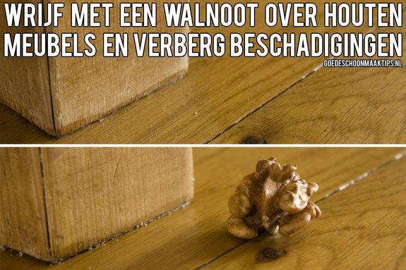 Wrijf met een walnoot over houten meubels en verberg beschadigingen. Meer tips vind je op www.goedeschoonmaaktips.nl
