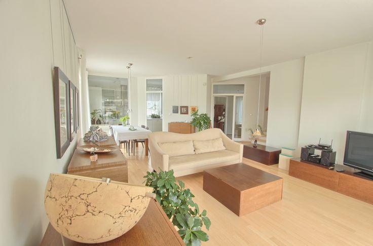 Piękny, nowoczesny dom położony na malowniczej działce z jeziorkiem! Już teraz dostępny w ofercie In.House. Livingroom.