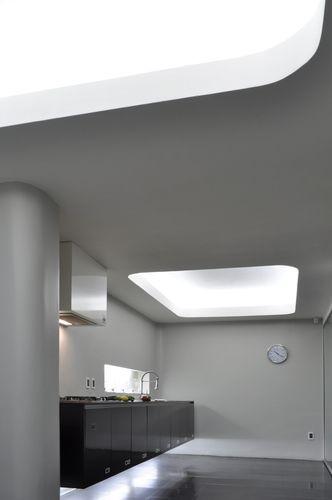 Tidy ian cocina muro blanco estante negro iluminacion cielo