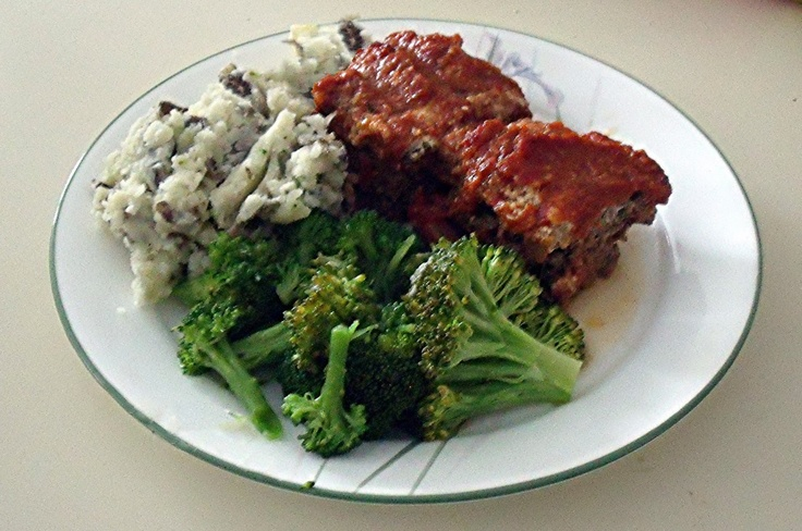 Gluten Free Meatloaf with Tomato Sauce I have some left over Tomato Sauce (Salsa di Pomodoro)  from Friday's  Spaghetti Salsa di Pomodoro Polpette Formaggio (Spaghetti with Tomato Sauce & Cheese Meat Balls)  I made Gluten Free Meatloaf   and added the left over sauce for the last half hour of cooking. I was delicious served with mashed potatoes and broccoli