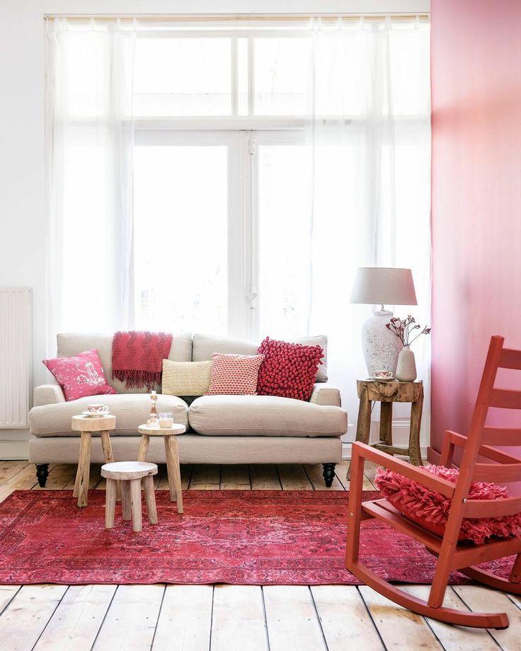 Salón decorado en rojo, maderas naturales y blanco