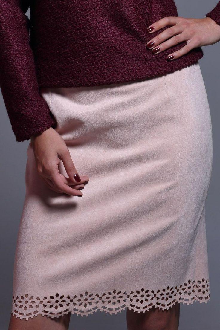 Falda entubada de antelina en color rosa palo. Con un dibujo troquelado de formas geométricas en la parte inferior. #faldalapiz #faldaentubada #faldas #faldasante