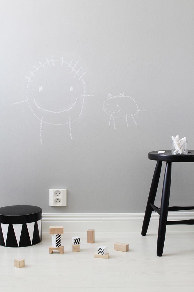 Liitutauluseinän voi maalata myös harmaaksi, sillä Liitu-maali on sävytettävissä satoihin Tikkurilan sävyihin. Ja eikun piirtämään seinälle! Toteutus: Tiina Ilmavirta, Design Wash-blogi. #tikkurila #liitu #liitutaulu #maali #chalkboard #lastenhuone #kids #room #playroom