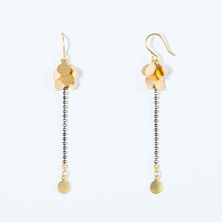 NIEUWE lusjes van oor Grappe d'Or, fijne ketting goud & zwarte bal, hoge kwaliteit aan te pakken door WildbyJessieDaams op Etsy https://www.etsy.com/nl/listing/295194989/nieuwe-lusjes-van-oor-grappe-dor-fijne