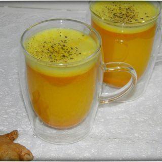 Dieser gesunde Kurkuma-Ingwer Vitamincocktail besteht aus wenigen Zutaten: Kurkuma, Ingwer, Wasser, frisch gepresstem Saft, Zimt, Leinöl und etwas Pfeffer.