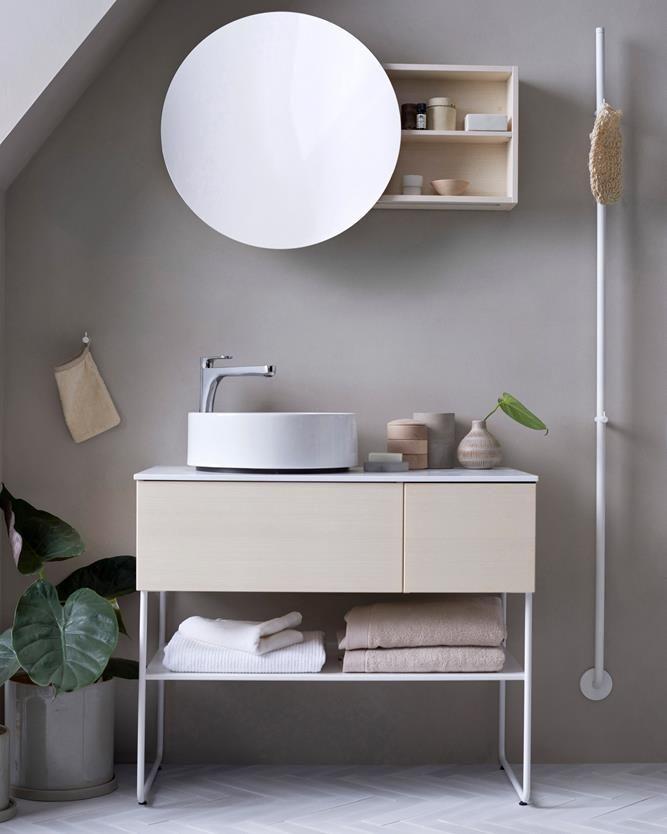 MED NYA AIR Nya möbelserien AIR ger badrummet en lätt känsla utan att ge avkall på praktisk förvaring. Just behovsanpassad förvaring är avgörande för ett lugnare intryck. Dels finns det hyllor bakom den runda spegeln som kan öppnas som en dörr och har en förstoringsspegel på insidan. Dels har kommodens mjukstängande lådor både rymd i sig, men också genomtänkt fackindelad inredning i två våningar som tillval med tillhörande lock.