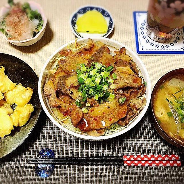 今日の夕食 . . カルビ丼 イカの天ぷら 漬物  かいわれおろし和え 味噌汁 . . 手抜き☺️💦笑 カルビ丼は、下にキャベツと玉ねぎのせてカサ増し😍そして天ぷらは惣菜❤️笑 . 今日は出かけていて、帰り遅くなったから手抜きになってしまいました🤗💦 後でランチのせます❤️ . 片付けして、嘘の戦争みなきゃ! ごちそさまでした(*^^*) . . #晩御飯#晩ご飯#晩ごはん#おうちご飯#おうちごはん#夕食#夕飯#料理#料理写真#旦那ごはん#彼ご飯#彼ごはん#旦那飯#旦那ご飯#cooking#dinner#肉#カルビ丼#カルビ#焼肉