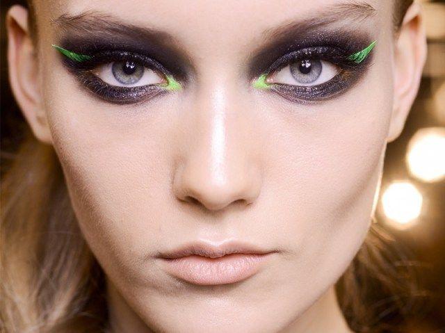 ClioMakeUp-colore-anno-2017-greenery-look-trucchi-prodotti-Se volete stupire e lasciare tutti a bocca aperta, potete scegliere l'eye-liner verde fluorescente adesivo come in foto e un punto luce verde acido dell'angolo interno dell'occhio!