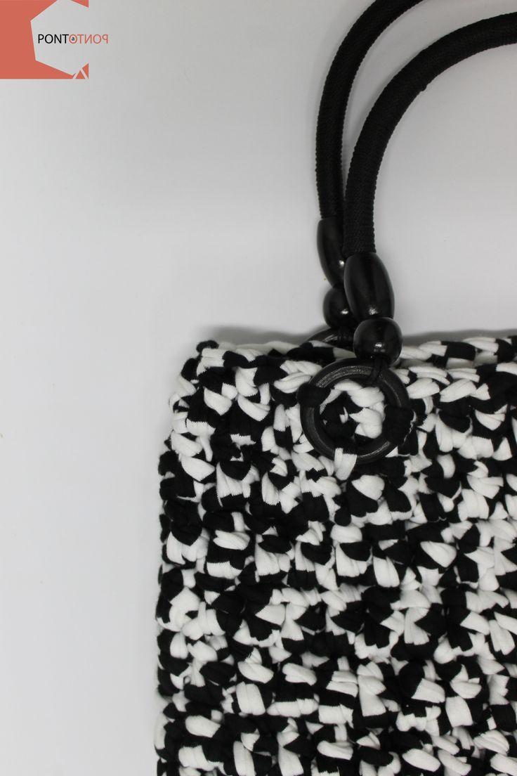 Ponto a Ponto | Modelo #2  Mala de tiradolo | Padrão Preto # Branco | Alças em madeira com revestimento em tecido de cor preta  Para mais informações vá a https://www.facebook.com/pontoapontobags :)