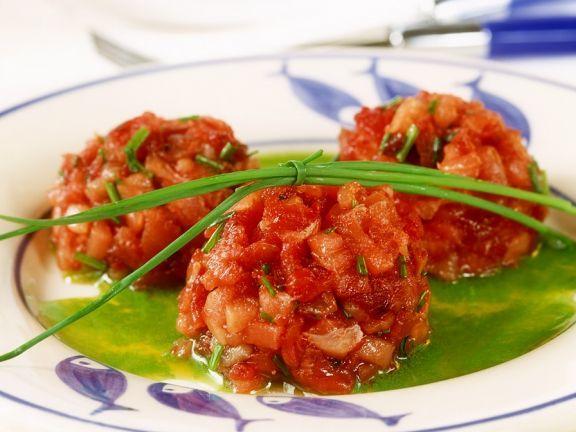 Thunfisch-Tomaten-Tatar ist ein Rezept mit frischen Zutaten aus der Kategorie Klassische Sauce. Probieren Sie dieses und weitere Rezepte von EAT SMARTER!