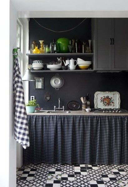 Dunkle Küche mit genähten Vorhängen an den Unterschränken #wohnen