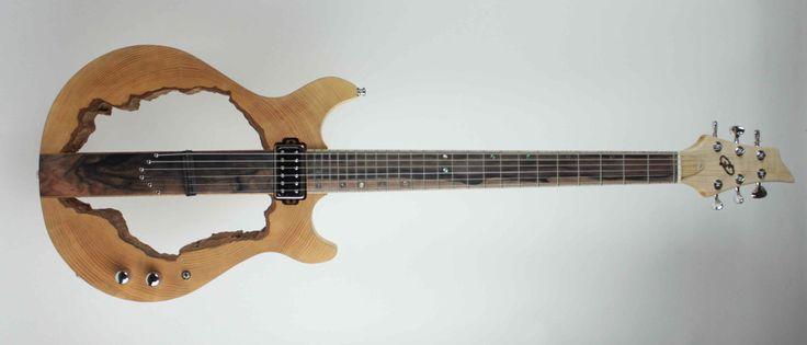 Crazy Concept L'inspiration est un sentiment que l'on ne prévoit pas. Cette guitare, issue d'un frêne creux en bois de bout, ne ressemble à aucune autre. Pourtant, le son et l'ergonomie en font un instrument d'une grande jouabilité. Son micro magnétique avec push pull, doublé d'un piezo permet une grande variété de sons, autant que…