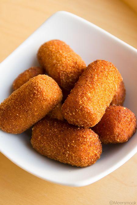 Aardappelkroketten Ingrediënten 1 kg bloemige aardappelen 2 eieren paneermeel bloem nootmuskaat peper 1 koffielepel zout een millecroquettes machientje Bereiding Schil de aardappelen en snij ze in gelijke stukken. Kook de aardappelen in licht gezouten water gaar in ca.15 minuten. Giet de aardappelen af in een vergiet. Schud ze goed op (zodoende het meeste vocht al …