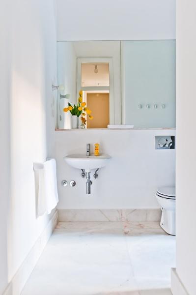 Light, airy bathroom. Alorna apartment, Baixa House    www.baixahouse.com