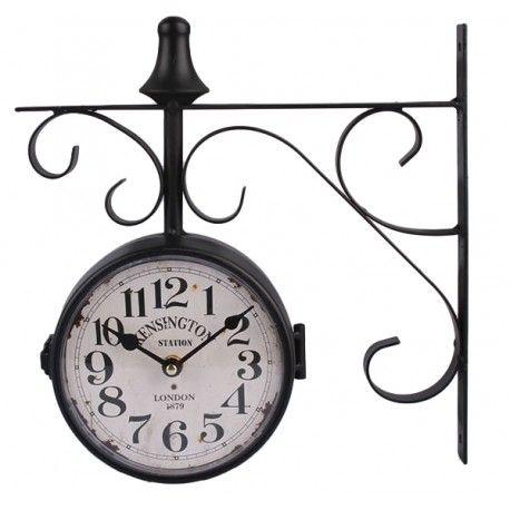 Dwustronny zegar kolejowy z białą tarczą i dużymi czarnymi cyframi. Całość lekko postarza, wprowadzi do pomieszczeń iście londyński klimat.