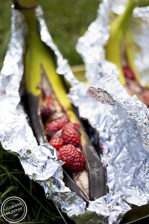 A co powiecie na banany z grilla z truskawkami i czekoladą? Ciepły banan…płynna czekolada…lekko kwaskowe truskawki… Prawda, że brzmi pysznie? #banany #deser #grill #nagrilla  http://ulubioneprzepisy.com/2015/06/11/banany-z-grilla-z-truskawkami-i-czekolada/