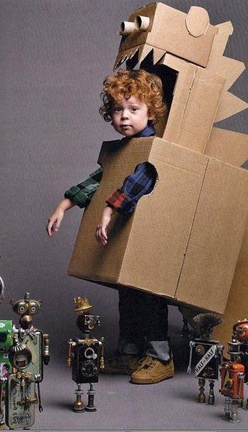 段ボールで出来た怪獣ロボット。手作り感満載なのもご愛嬌。