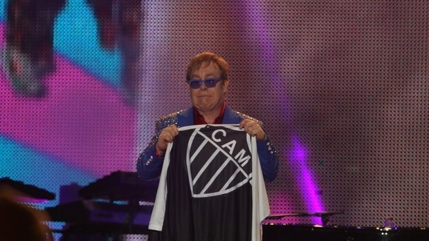 Elton John com a bandeira do Atlético-MG (Foto: Mateus Baranowski)