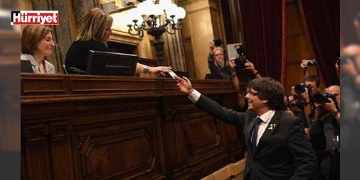 """Son dakika haberi: AB ve ABD'den Katalonya'ya soğuk duş...: Katalonya Parlamentosu'nun bağımsızlık ilanı sonrasi İspanya şokta... Madrid sokaklarında büyük bir sessizlik ve şaşkınlık hakim... İspanya Başbakanı Rajoy'dan itidal çağrısı geldi. Rajoy Twitter'dan yaptığı açıklamada """"Katalonya'da hukukun üstünlüğü yeniden tesis edilecektir"""" dedi. Avrupa Birliği'nden flaş açıklama geldi. AB Konseyi Başkanı Tusk, """"Bağımsızlık kararı bizim için bir şey değiştirmeyecek, biz sadece İspanya ile diyalog…"""