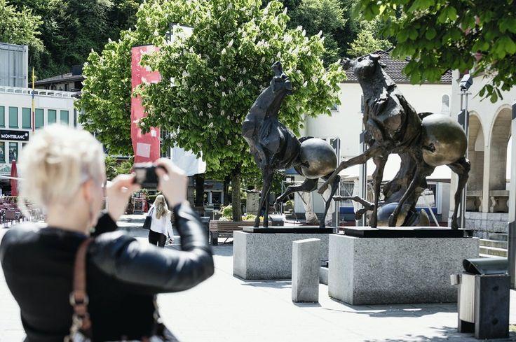 Kulturweg in Vaduz. Bei einem Spatziergang durch das Vaduzer Städtle trifft man auf viele verschieden Skulpturen und Kunstwerke.