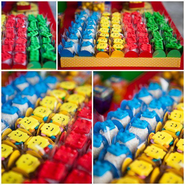 O diferencial desta decoração com o tema Lego foram as peças gigantes construídas ao fundo da mesa. Elas foram montadas como se tivessem sido encaixadas, c