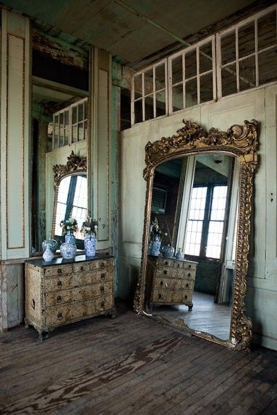Oversized elaborate mirror, yes please!