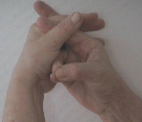 Deréktáji fájdalom - Kéztartása: A jobb kis- és gyűrűsujj a jobb hüvelykujj hegyét érinti. A többi ujj keresztbe fonva a köldök előtt. A mudrát ülve végezze 7-10 percig, közben rezegtesse a nang mantrát. Mély belégzés után hangoztassa: nnnaaannng.