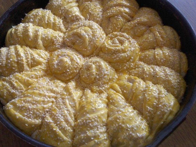 Domácí kynutý kvítek plněný máslem - FOTOPOSTUP | NejRecept.cz--500 gpolohrubá mouka 20 gčerstvé droždí 200 mlmléka 1 lžičkasůl 1 lžičkukr. cukr 5 lžicolej 150 gmáslo 1 ksžloutek sezam 5 částí potřít máslem,tvarovat nožem