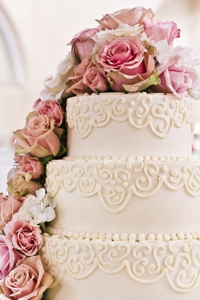 romantische Hochzeitstorte mit Wasserfall-Deko aus zarten Blumen