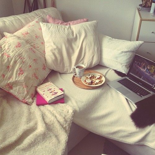 Breakfast in bed tumblr room and breakfast on pinterest for Cup cozy pillow