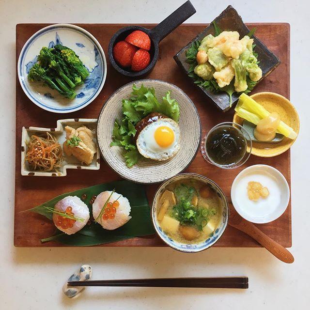 Today's breakfast. おそようございます 今日はのんびり朝ごはんでした 楽しい土曜日になりますように☺︎ * 菜の花辛子和え そら豆と海老のかき揚げ たらの芽天ぷら きんぴらごぼう 切り干し大根 昨日の残りのミニハンバーグ もずく酢 うるいとよもぎ麩の白味噌和え 小鯛笹漬けの手まり寿司 なめこと豆腐の味噌汁 苺 ヨーグルトa50a