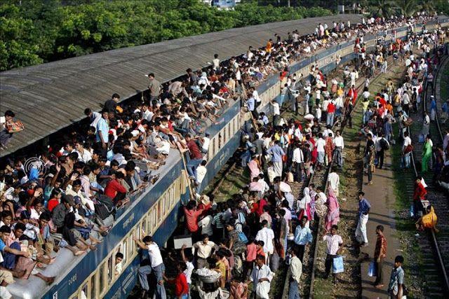 Pessoas estranhas - os apressados dos transportes públicos http://palavrasdoabismo.blogspot.pt/2017/02/pessoas-estranhas-46-os-apressados-dos.html #pessoas #sociedade #pressa #transportes