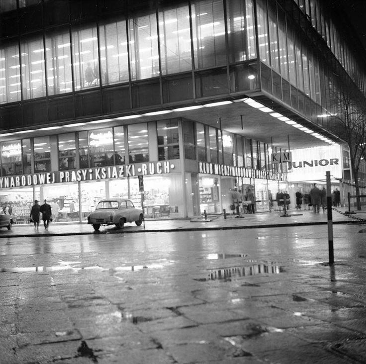 """Dom Towarowy """"Junior"""", widoczny Klub Międzynarodowej Prasy i Książki """"Ruch"""". fot. 1970r., Grażyna Rutowska, źr. Narodowe Archiwum Cyfrowe."""