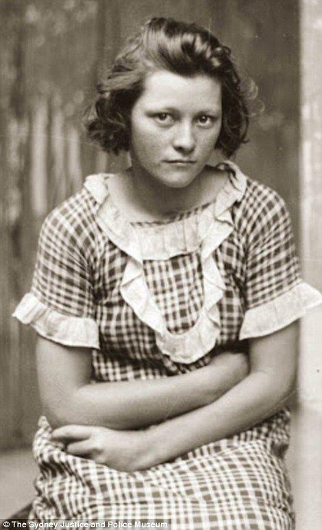 Της Νίνας Κουλετάκη Η Eugenia Falleni γεννήθηκε στις 25 Ιουλίου του 1875, σ' ένα χωριό της Τοσκάνης, ανάμεσα στο Λιβόρνο και την Φλωρεντία. Ήταν το μεγαλύτερο από τα 22 παιδιά της οικογένειας και ένα από τα 17 (δέκα αγόρια και επτά κορίτσια) που επέζησαν. Όταν η Eugenia ήταν δύο χρονών, η οικογένειά