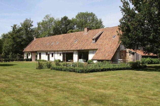 De woning van Dorien ligt te midden van een lapje getemde natuur dat overloopt in de omliggende weiden en velden.