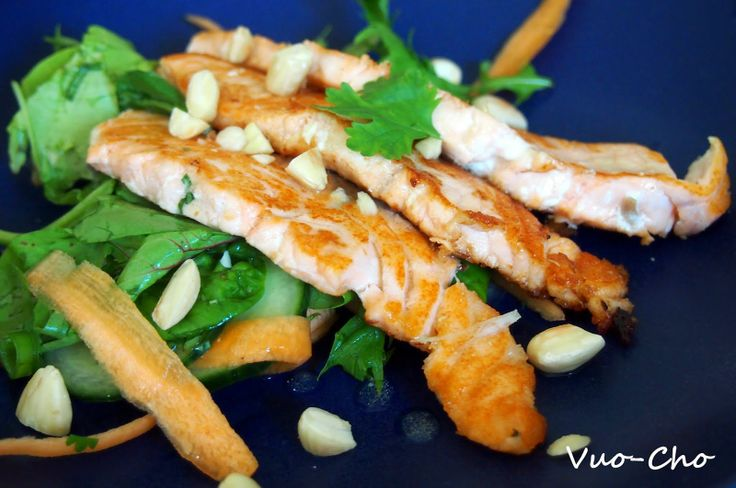 Lohi-wasabisalaattia kevyeksi lounaaksi