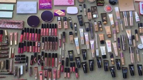 Co można znaleźć w koszach Perfumerii?   #beautydivers #vloggers https://video.buffer.com/v/58fccef47f1d34a74940488e