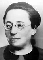 Emmy Noether (1882–1935). Die Tochter von Max Noether schrieb sich 1904 als einer der ersten Studentinnen an der Universität Erlangen ein und promovierte als erste vollimmatrikulierte Frau 1907 in Mathematik. Sie gilt als Mitbegründerin der modernen Algebra. Nicht nur ihr Geschlecht, auch ihre jüdische Abstammung bestimmten immer wieder ihr Schicksal.