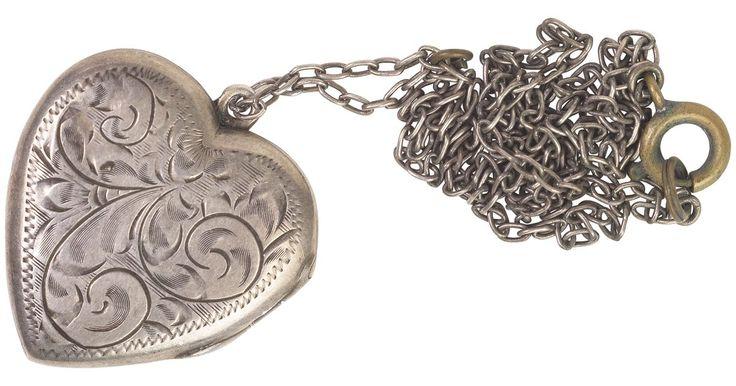 La joyería falsa, más delicadamente llamada joyería de fantasía, se originó en la década de los treinta para proporcionar a las mujeres opciones de accesorios diseñados para hacer ...